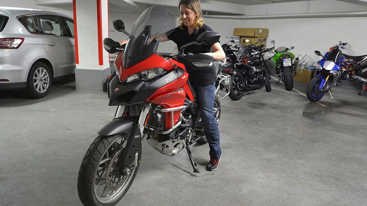 stehen frauen auf motorradfahrer